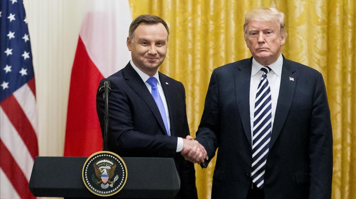 El presidente estadounidense, Donald Trump,y el presidente de Polonia, Andrzej Duda,se saludan durante una rueda de prensa conjunta estemartesen la Casa Blanca.