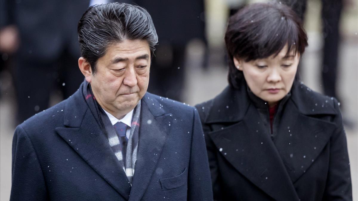 El primer ministro japonés salpicado por un caso de corrupción