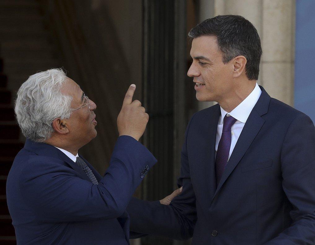El primer ministro de Portugal, Antonio Costa, con Pedro Sánchez, durante un encuentro en Lisboa, en julio del 2018.