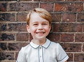 El príncipe Jorge posa sonriente en su quinto cumpleaños.
