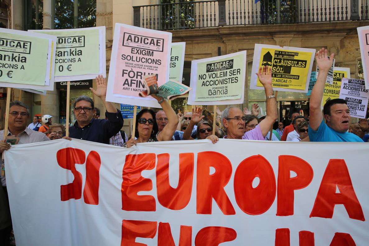 Protesta contra prácticas abusivas de la banca en Barcelona.