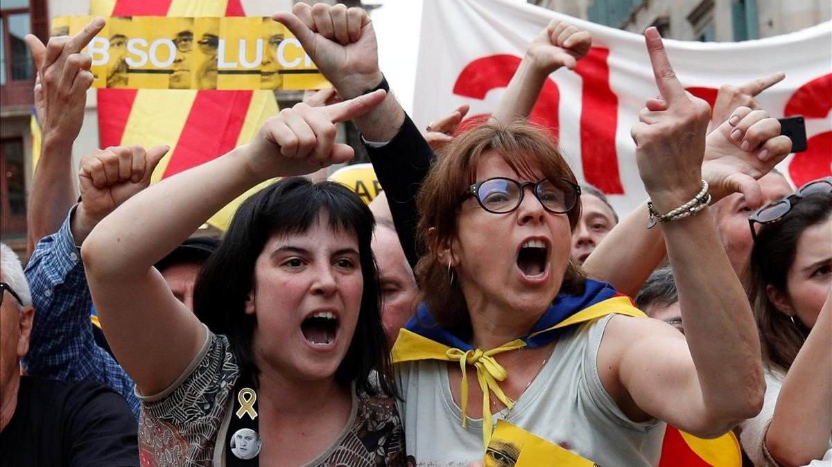 Protestas contra Colau en la plaza de Sant Jaume.