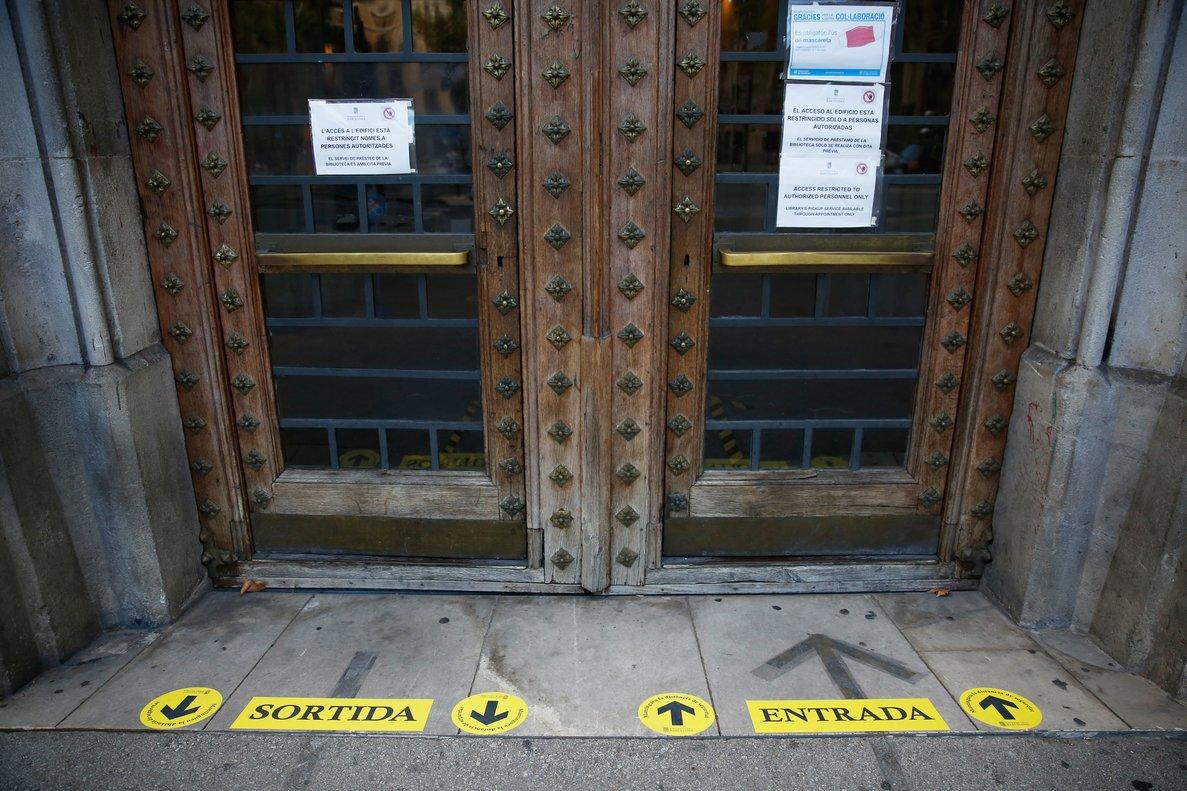Puerta de acceso cerrada del edificio principal de la Universidad de Barcelona.