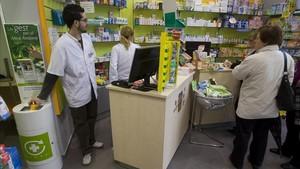 Punto Sigre de recogida de medicamentos caducados o sobrantes en una farmacia de Barcelona.