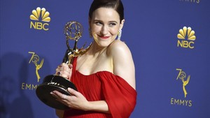 Rachel Brosnahan, con su premio Emmy por La maravillosa señora Maisel
