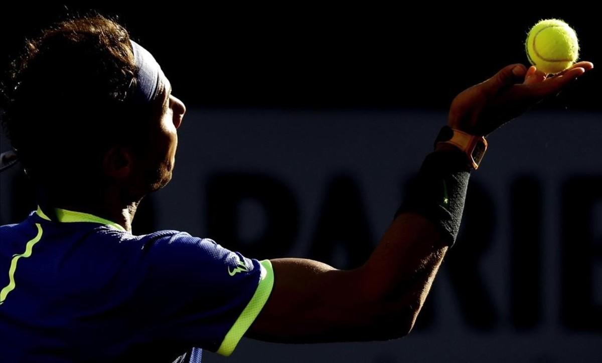 Rafael Nadal se prepara para un saque, en Roland Garros.