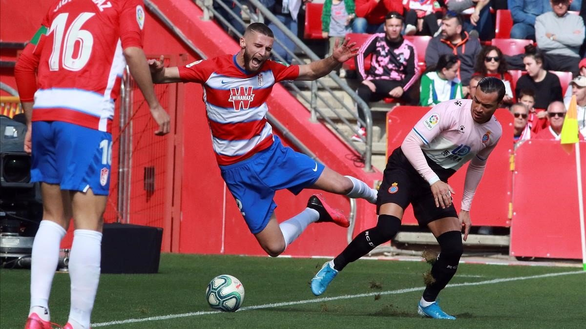 Raúl de Tomás disputa el balón con Domingos Duarte en Los Cármenes.