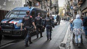 Redada de los Mossos contra los pisos de venta de droga en el Raval.