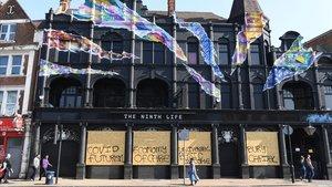 Un edificio en Londres con grafitis sobre el coronavirus.