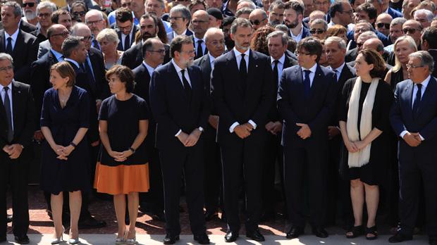 Representantes de las diferentes instituciones políticas durante el minuto de silencio en Barcelona.
