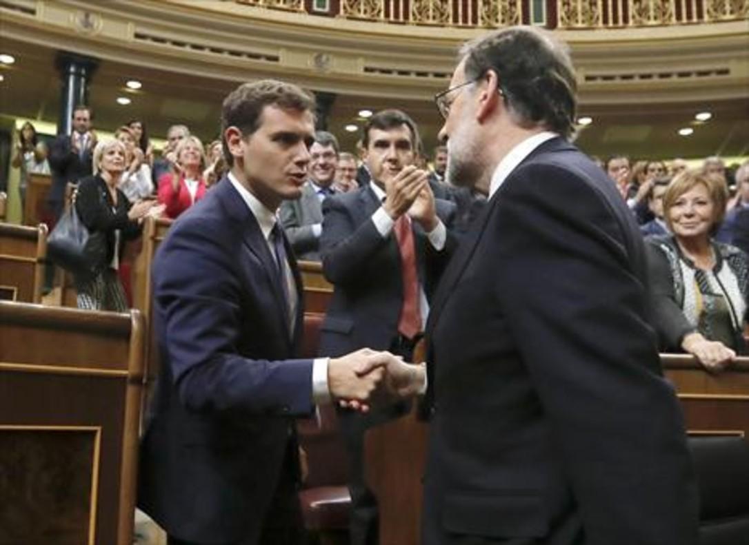 Rivera felicita a Rajoy, reelegido presidente, el 29 de octubre del 2016.