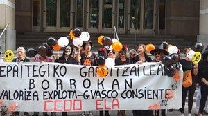 Trabajadoras de la limpieza de los juzgados de Vizcaya se manifiestan ante en TSJPV por la defensa de sus derechos laborales.