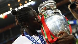 Éder besa el trofeo de campeones de la Eurocopa.
