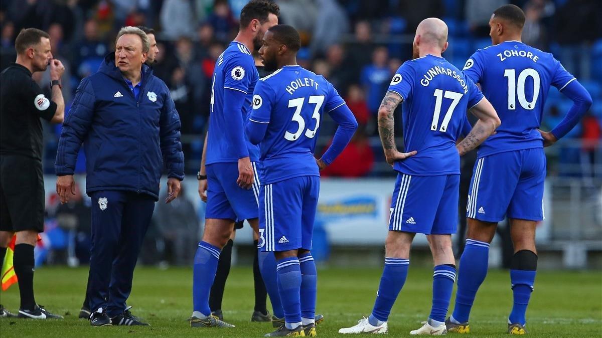 Los jugadores del Cardiff lamentan la derrota contra el Crystal Palace de este sábado.