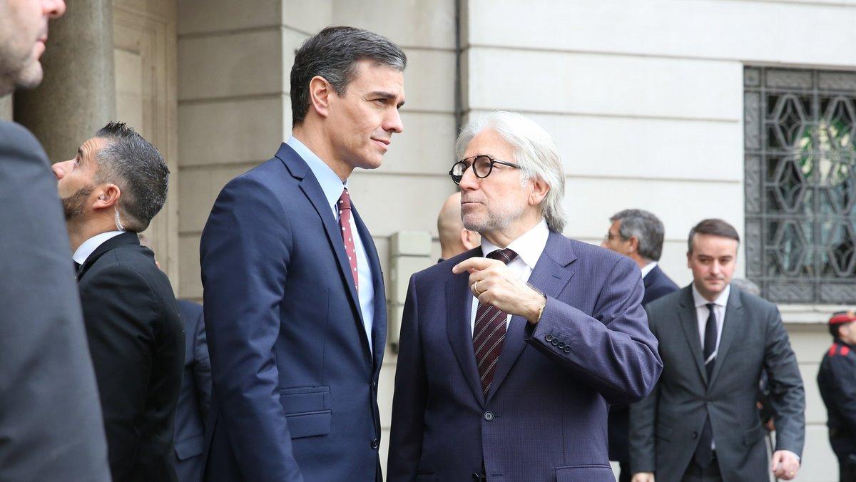 El presidente de Foment del Treball, Josep Sánchez Llibre (derecha), recibe al presidente del Gobiern, Pedro Sánchez (izquierda), a las puertas de la sede de la patronal catalana.