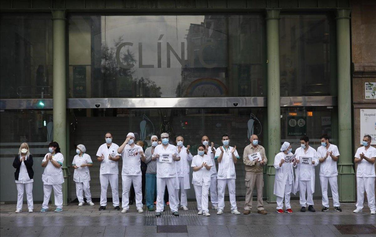 Sanitarios del Hospital Clínic durante un homenaje a los profesionales muertos por el coronavirus, el pasado 14 de mayo.