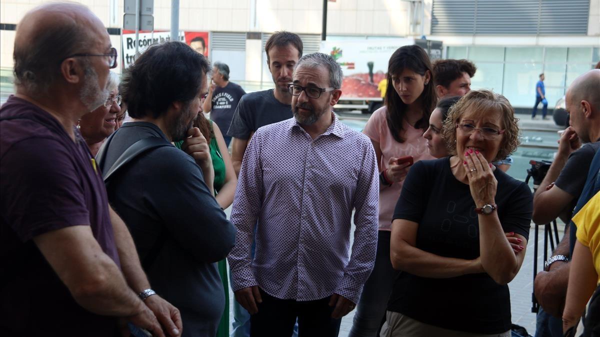 El secretario general del Departament de Treball, Josep Ginesta, conversa con los miembros del CDR.