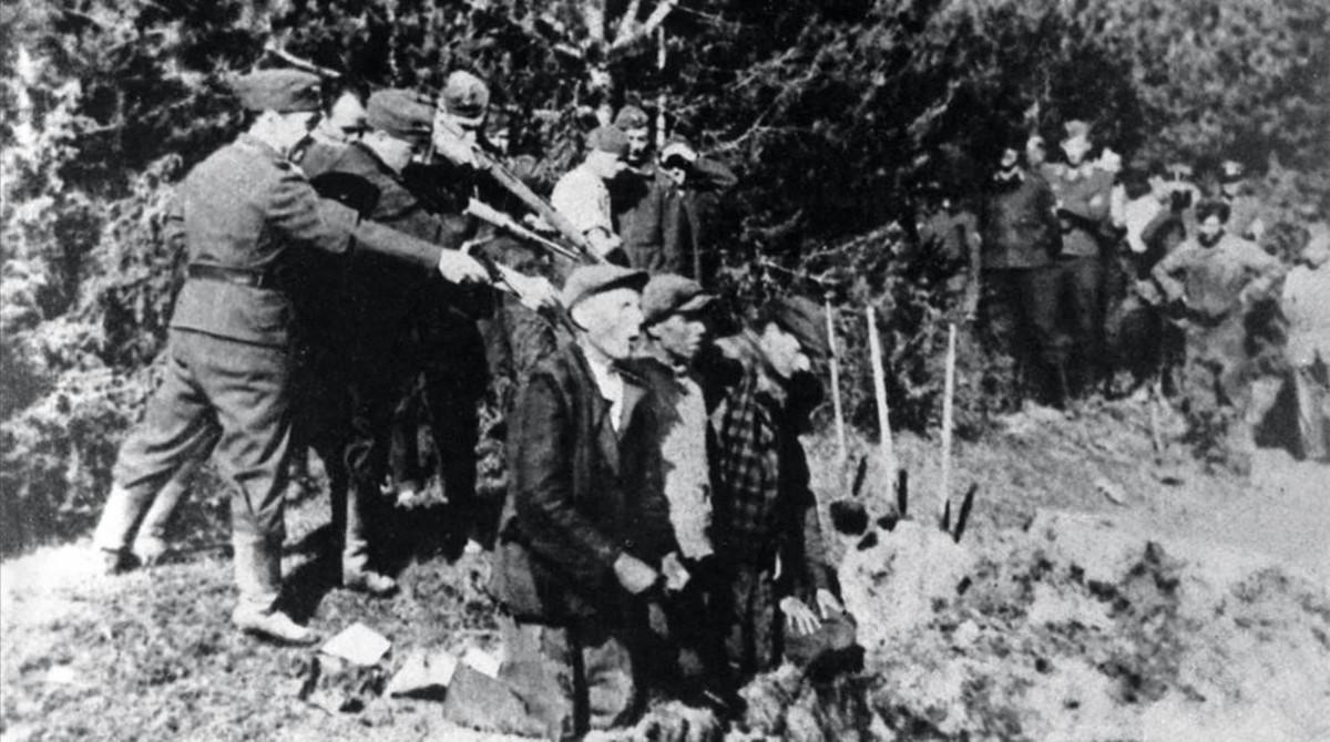 Soldados de las SS ejecutando a partisanos soviéticosen Bielorrusia, en noviembre de 1942.