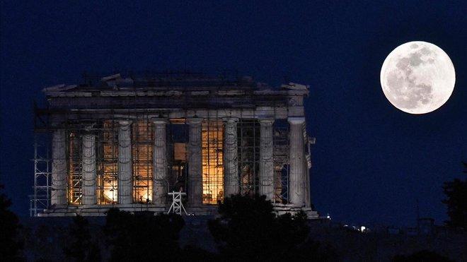 La superluna sobre el Parthenon.