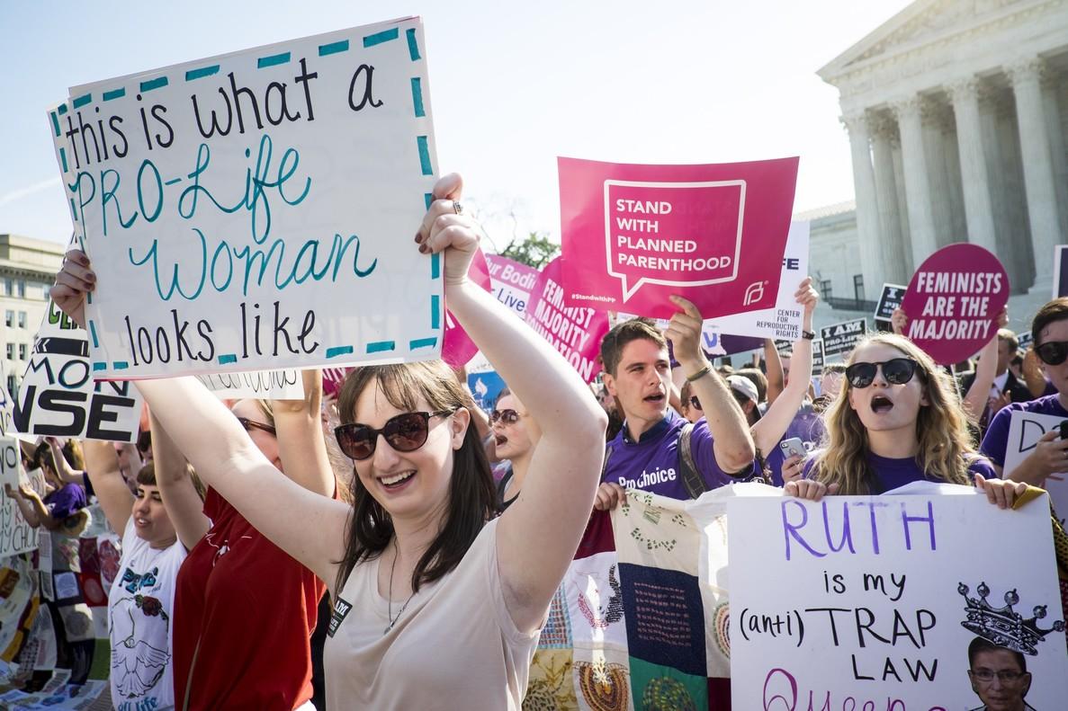 Manifestantes a favor y en contra del aborto ante la sede del Tribunal Supremo de EEUU, en Washington.