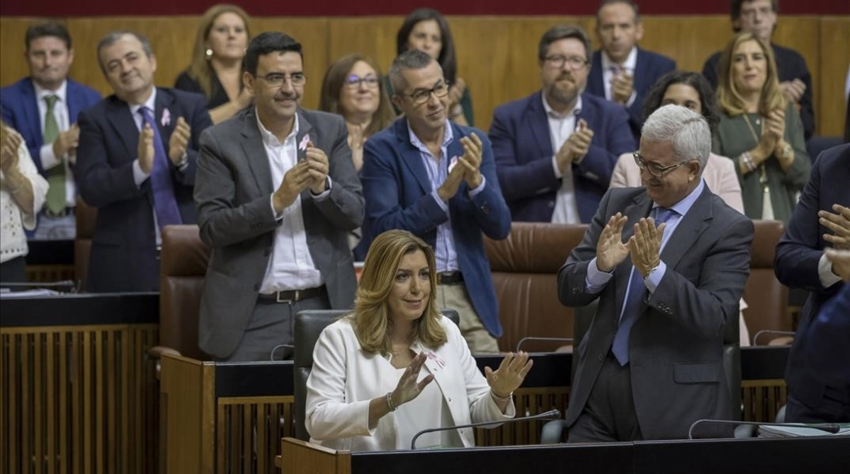 Susana Díaz, aplaudida por los diputados del PSOE en el Parlamento andaluz.