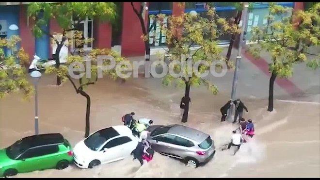 VÍDEO: L'espectacular rescat a Tarragona de dues dones arrossegades pel xàfec