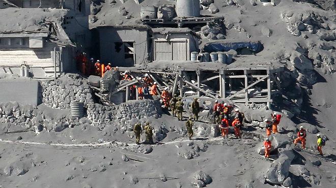 Tasques de rescat al volcà Ontake, al centre del Japó.