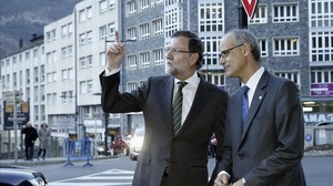 Los presidentes de España, Mariano Rajoy, y de Andorra, Antoni Martí, en enero del 2015 antes de firmar el convenio para evitar la doble imposición.