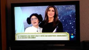 La colaboradora de Sálvame disfrazada de Leia Organa, junto a la presentadora, Paz Padilla, en el gag del programa de Tele 5.