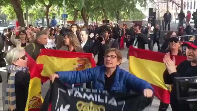 Tensión entre independentistas y partidarios de la Policía en la Ciutat de la Justícia.