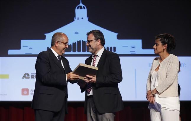 El conseller Felip Puig y la presidenta del Clúster, Isabel Tejero, entregan el premio a Agustí Sala.
