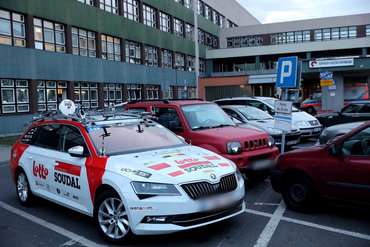 Zabrze (Poland), 05/08/2019.- A car of the Lotto Soudal team in front of the Provincial Specialist Hospital in Rybnik, Poland, 05 August 2019. Belgian cyclist Bjorg Lambrecht of Lotto Soudal team has died aged 22 on 05 August in the hospital after the 3rd stage fo the Tour de Pologne after a heavy fall. (Ciclismo, Polonia) EFE/EPA/Andrzej Grygiel POLAND OUT