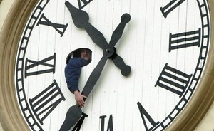 Un trabajador cambia la hora de un reloj en Ontario, Canadá.