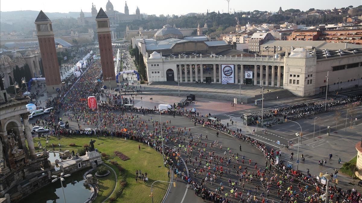 La tradicional salida del maratón de Barcelona en la avenida de Maria Cristina y el paso por la plaza de Espanya.