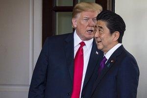 El presidente de los Estados Unidos, Donald Trump, con el primer ministro japonés, Shinzo Abe. EFE