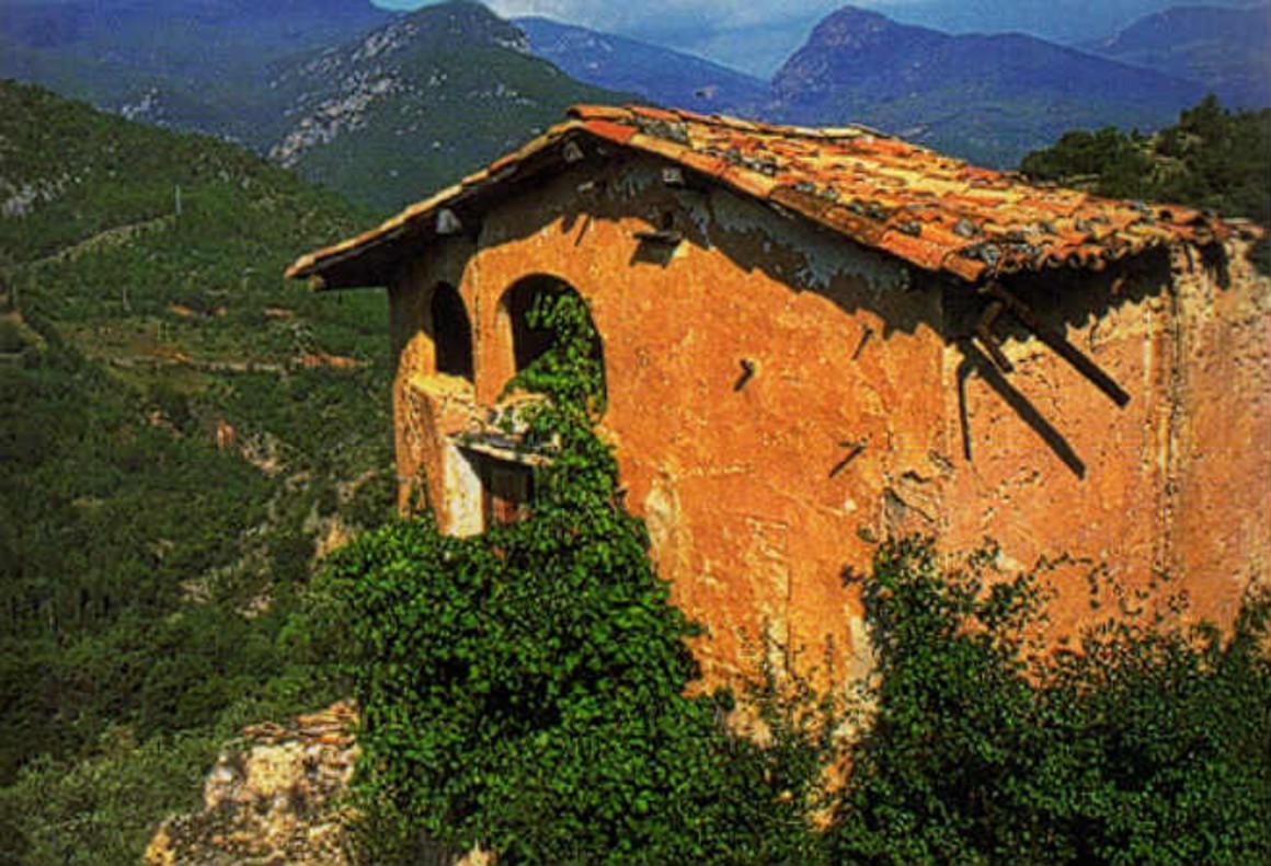 Una masía encaramada en uno de los peñascos de Tost, en el Alt Urgell.