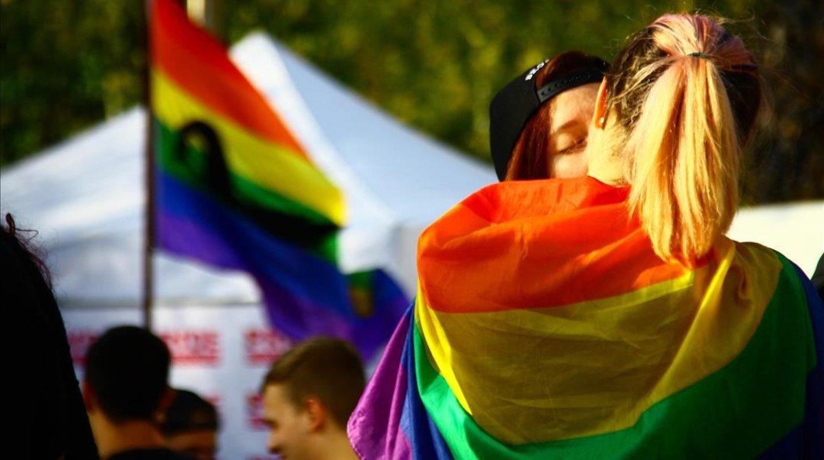 Una pareja durante la celebración del Orgullo LGTBI en Barcelona
