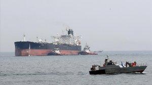 Una patrulla del Ejército iraní patrulla cerca de un petrolero en el golfo Pérsico.