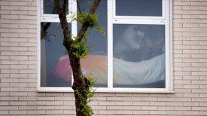 Una persona mayor es atendida en una residencia de mayores en Madrid.