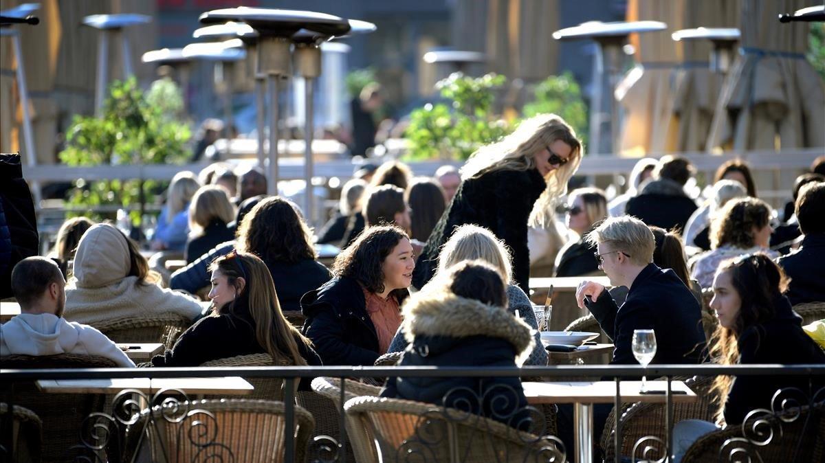 Una terraza de Estocolmo (Suecia), muy concurrida pese a la propagación del coronavirus, el pasado 26 de marzo.