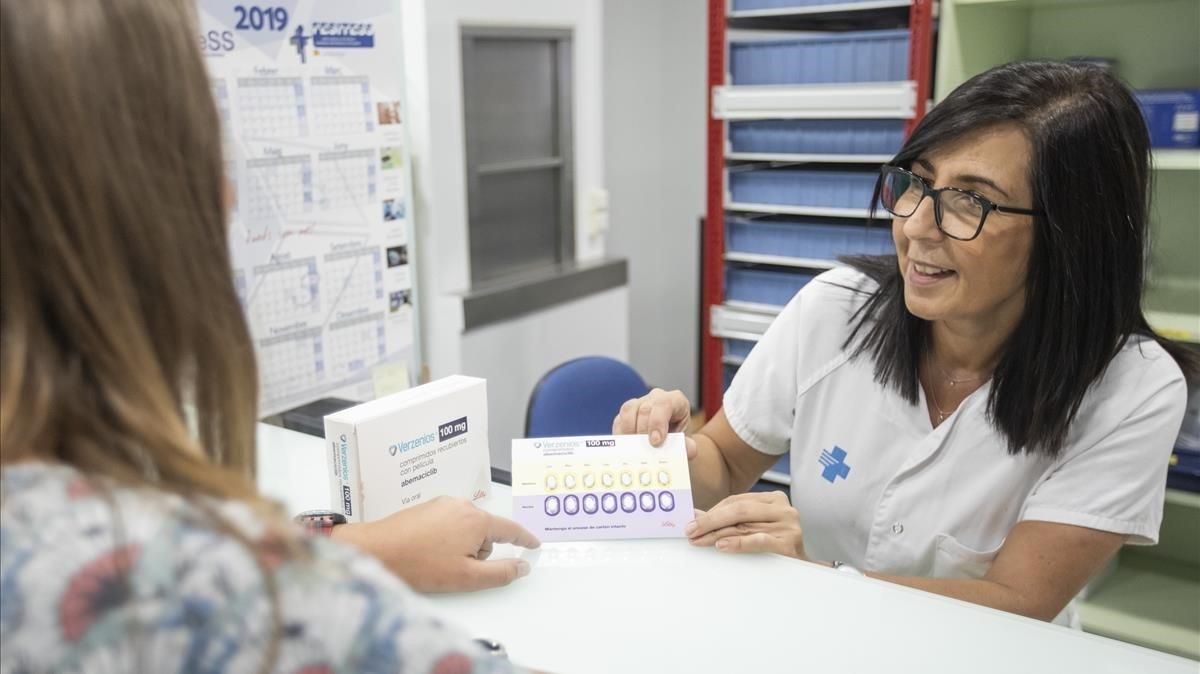 Una farmacéutica muestra el medicamento Verzenios.