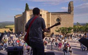 6 de junio del 2020. Concierto de Mazoni en Santa Coloma de Queralt, una buena iniciativa del Festival Maig.Apesar de la distancia entre público y músico y todos los protocolos, el artista, con un buen repertorio, consiguió que dos amigas se levantasen de la silla y empezasen a bailar.