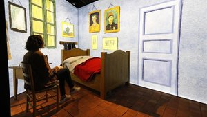 'El dormitorio'(1888) sale del cuadro en esta reproducción a tamaño real. Están todos los detalles: la cama, la silla, la ropa colgada, hasta el aguamanil sobre la mesita de noche. Por supuesto, se puede entrar.