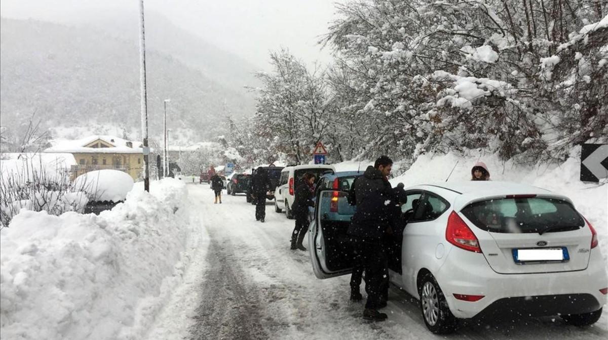 Vehículos permanecen atrapados en una carretera cortada por las fuertes nevadas en la zona de Montereale (Abruzos).