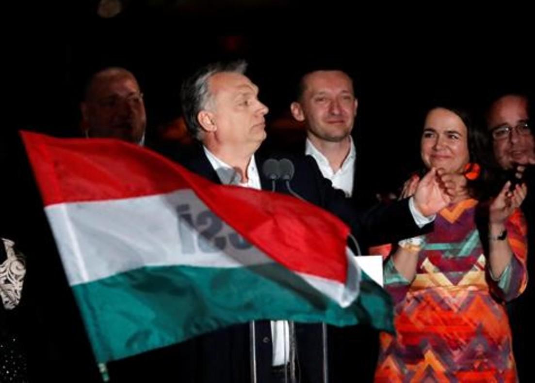 Víktor Orbán se dirige a sus seguidores la noche del domingo pasado, en Budapest.
