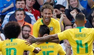 Willian, Paulinho y Danilo felicitan a Neymar.