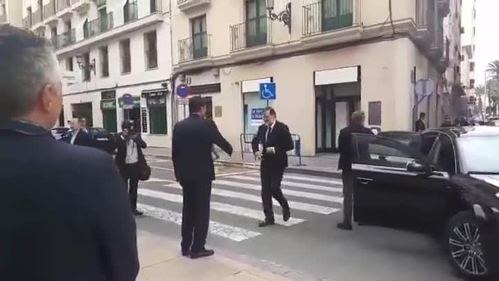 Pitada a Rajoy en Alicante.
