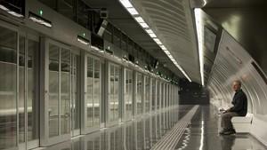 Estación con puertas automáticas que dificultan el acceso a la vía, en la L-9.
