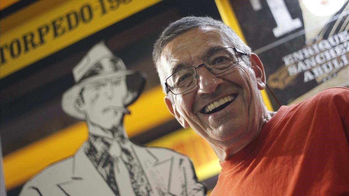 Enrique Sánchez Abulí, en una imagen de archivo, con Torpedo detrás.