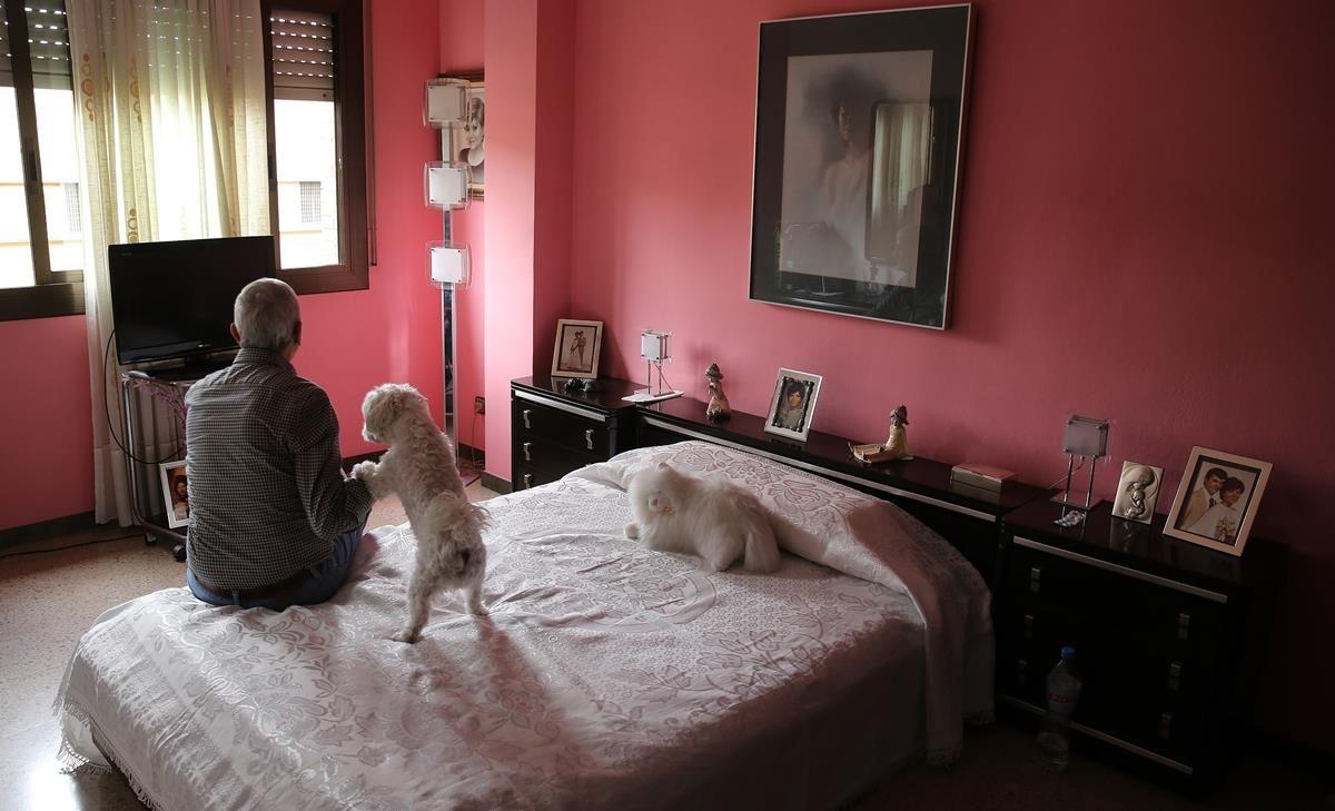 Un anciano, en su domicilio de Barcelona, el año pasado.
